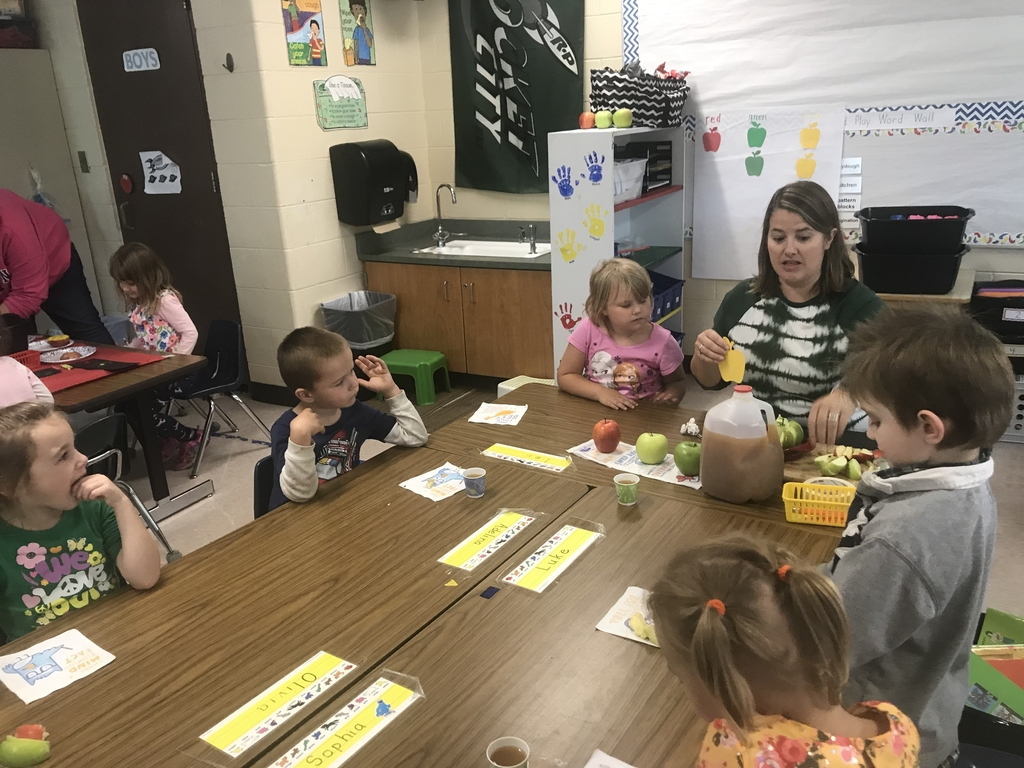 Kindergarteners studying apples